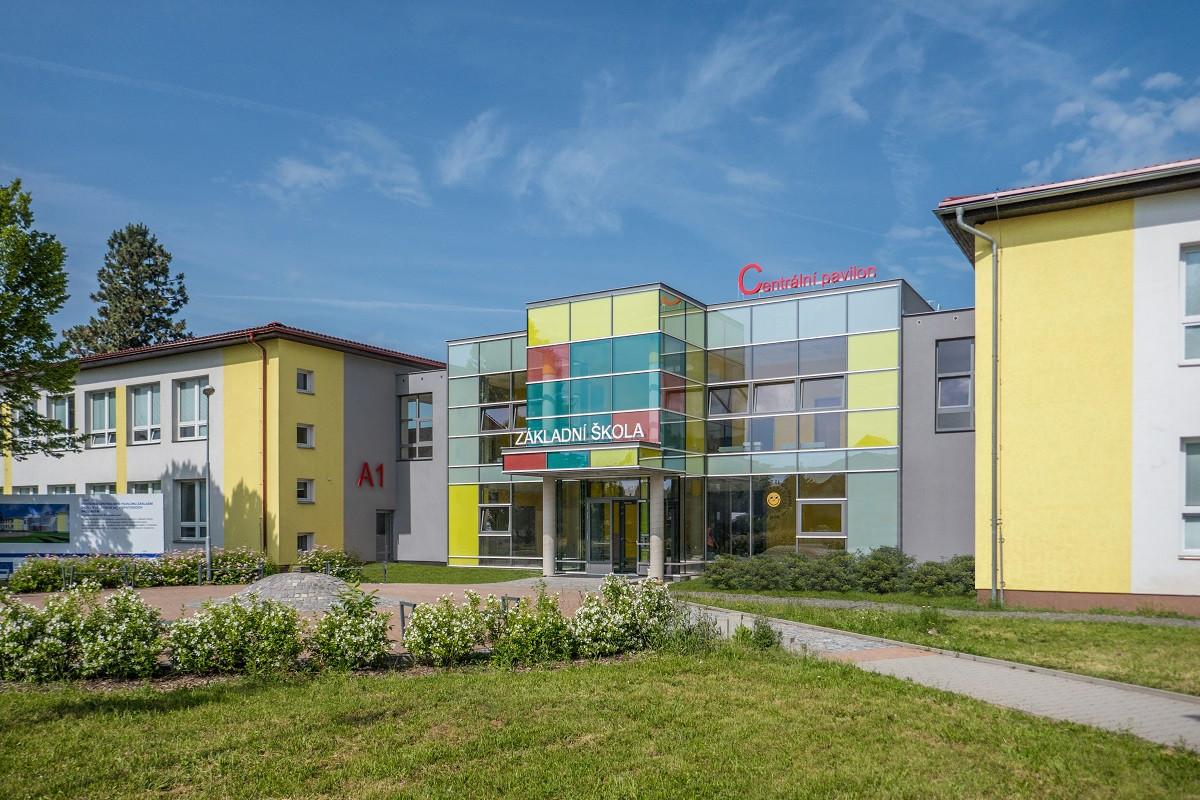 Centrální pavilon základní školy v Opatovicích nad Labem